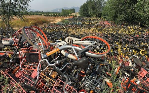 シェアサービスで使われた自転車の放置と廃棄が社会問題となっている(北京市)
