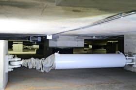 愛知県庁本庁舎の地下に設置されたKYBの免震装置(17日、名古屋市中区)