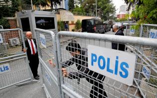 厳しく警備されているイスタンブールのサウジ総領事館(19日)=ロイター
