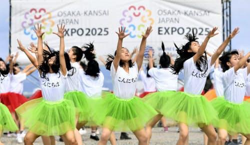 動画撮影のため「万博ダンス」を踊る大阪府立登美丘高ダンス部員ら(20日午前、大阪市の夢洲)=共同