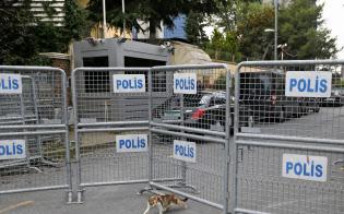 立ち入り禁止になったサウジアラビア総領事館につながる道(19日、イスタンブール)=AP