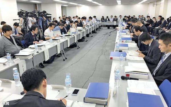 海賊版サイト対策を検討する政府の有識者会議(15日、東京都千代田区)=共同