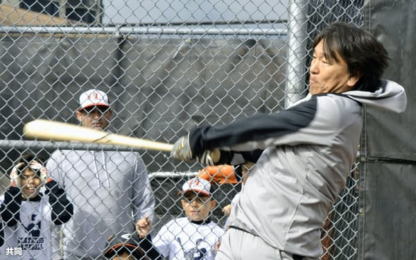 野球教室で子どもたちに手本を見せる松井秀喜氏(20日、ニュージャージー州フォートリー)=共同