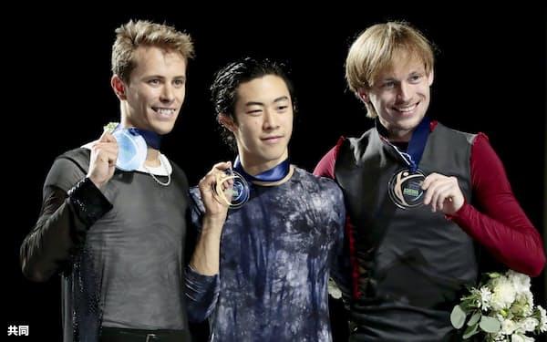 男子シングルで2連覇し、メダルを手にするネーサン・チェン(中央)ら(20日、エバレット)=共同