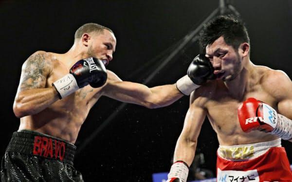 村田(右)を攻めるロブ・ブラント(20日、ラスベガス)=AP