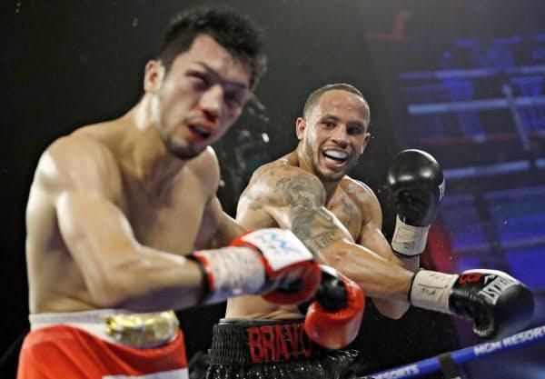村田(左)を攻めるロブ・ブラント(20日、ラスベガス)=AP
