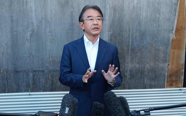 イベントの収支不記載について説明する近藤昭一衆院議員(21日、名古屋市天白区の事務所前)