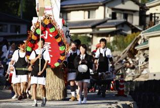 広島県坂町小屋浦地区で行われた「精霊流し」(21日午後)=共同