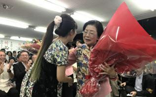 当選確実を喜ぶ城間幹子氏(21日夜、那覇市内の事務所)