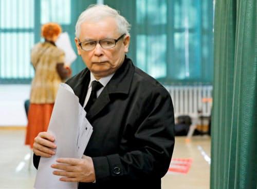 ワルシャワの投票所に現れた「法と正義」のカチンスキ党首=ロイター