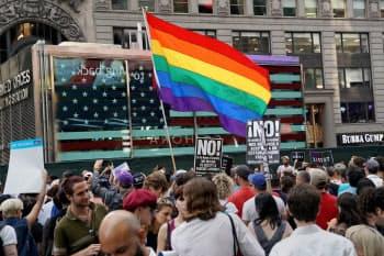 性的少数者(LGBT)らによるニューヨークでの抗議集会(2017年7月)=ロイター
