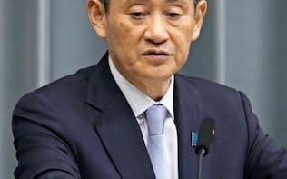 記者会見する菅官房長官(22日午前、首相官邸)=共同