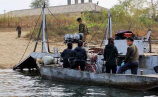 鴨緑江をボートで移動する北朝鮮人(2017年10月)=小高顕撮影