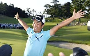 日本オープンで初優勝した稲森。大会期間中、選手とギャラリーが計算されたルートを行き交い、活気があった(横浜CC)=共同