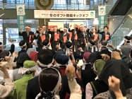 歳暮商戦の出陣式で気勢を上げる大和香林坊店の従業員ら(22日、金沢市)