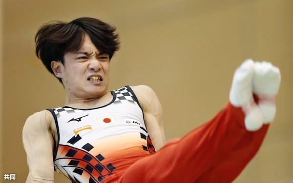 田中は負傷した右肩に痛みが残り、平行棒と鉄棒に練習を絞ってきた=共同