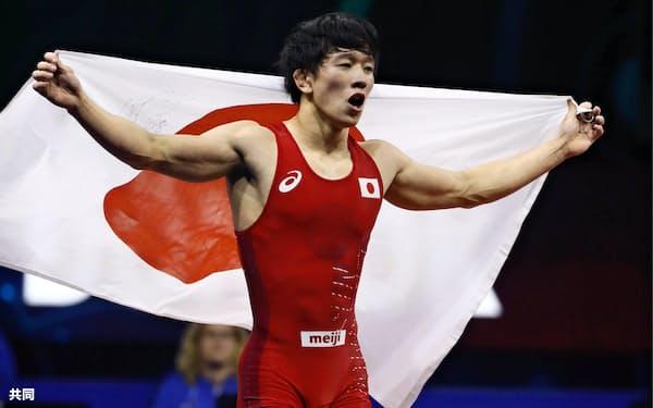男子フリー65キロ級で優勝し、日の丸を掲げる乙黒拓斗=共同