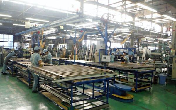 三協立山の福野工場では2交代制で増産している(富山県南砺市)