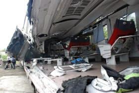 脱線した特急列車の先頭車両は、側面がもげて車内があらわに(22日、台湾宜蘭県)=共同
