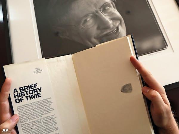 母印入り著書「ホーキング、宇宙を語る」も競売される(19日、ロンドン)=AP