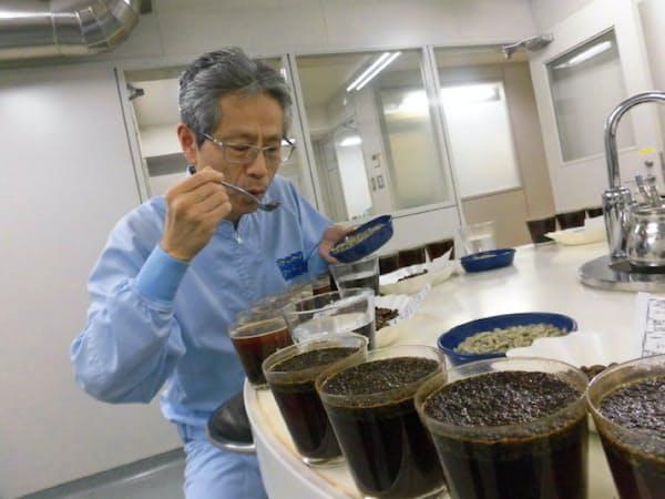 カップテストでは口腔(こうくう)全体を使って、香りや味など豆の状態を見極める