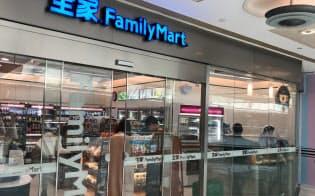 閑散としたショッピングセンターでもファミリーマートの店舗には人が集まっていた(上海市)