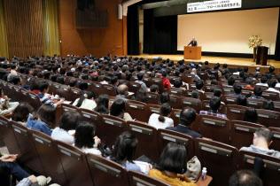 池上彰教授は「指導者は人間の失敗を歴史に学ぶ必要がある?#24037;?#25351;摘した(10月21日、東京都豊島区の立教大池袋キャンパス)