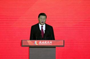 香港とマカオ、珠海市をつなぐ海上橋の開通記念式典で、開通を宣言する習近平国家主席(23日、広東省珠海市)=AP