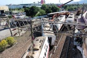 台湾の特急列車の脱線事故現場(22日、宜蘭県蘇澳の新馬駅)