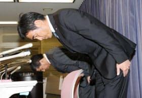 記者会見で謝罪する川金ホールディングスの鈴木信吉社長(手前)=23日午後、国交省