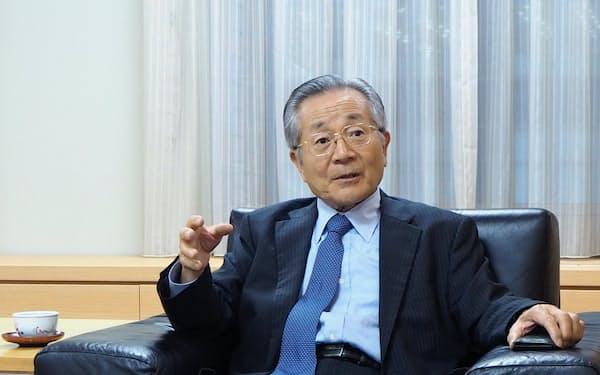 取材に応じるセブン銀行の安斎隆特別顧問(東京・千代田)