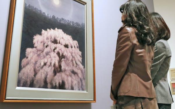 内覧会で「花明り」を鑑賞する招待客ら(23日、東京都港区の国立新美術館)