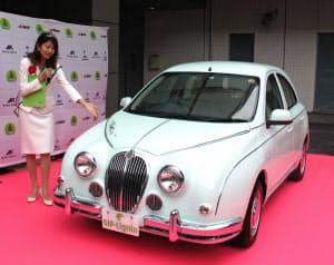スギの成分を使ったボンネットなどの部品を搭載した自動車(23日、東京・江東)