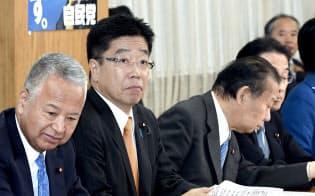自民党総務会に臨む加藤総務会長(左から2人目)ら(23日、自民党本部)