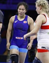 女子65キロ級準決勝でフィンランド選手(右)に敗れ、肩を落とす源平彩南(23日、ブダペスト)=共同