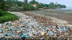 アフリカ・ギニアの海岸にたまった大量のプラスチックごみ(2017年9月)=共同