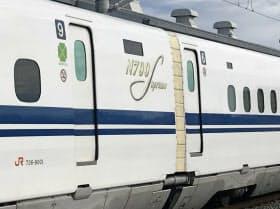 8両編成では車両を並べ替えて連結するため、16両編成用の9号車と6号車が連結している(24日、静岡県浜松市)