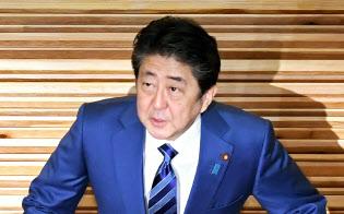 臨時閣議に臨む安倍首相(24日午前、首相官邸)