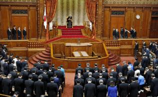 天皇陛下を迎えて開かれた第197臨時国会の開会式(24日午後、参院本会議場)=共同