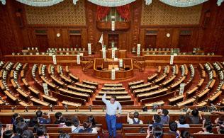 衆院本会議場を子どもに紹介する自民党の越智隆雄衆院議員