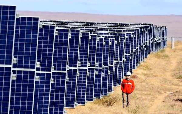 モンゴルの首都ウランバートルから約650キロメートル離れたゴビ砂漠のメガソーラー。年間を通じてほとんど雨が降らない気候が太陽光発電に適している=三村幸作撮影