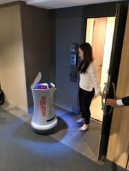 ドローンと配送ロボットを使って、部屋の前まで荷物を届けた(24日、千葉市美浜区)