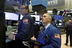 米株は引けにかけて売りが加速した(24日、ニューヨーク証券取引所)=AP