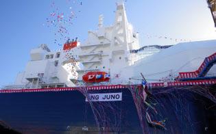 くす玉が割られ、「LNG JUNO」と命名された三菱重工業が建造しているLNG運搬船(25日、長崎県の同社香焼工場)