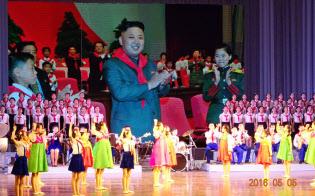 北朝鮮では幼児期から首領をたたえる教育がなされる(2016年5月、平壌)