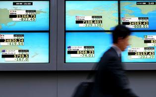 2万1200円台で取引を終えた日経平均株価(左上)と、軒並み下落した世界の株価指数(25日午後、東京都中央区)