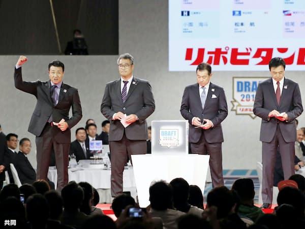 4球団が1位指名で競合した大阪桐蔭高の根尾昂内野手を引き当て、喜ぶ中日の与田剛新監督(左端)=共同