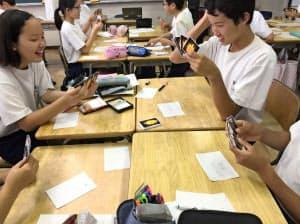 道徳の授業でカードゲームを使って炎上を疑似体験する埼玉県越谷市立平方中学校の生徒(6月、埼玉県越谷市)