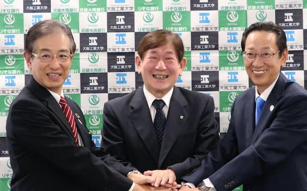 右から近畿大阪銀行の中前公志社長、大阪工業大学の西村泰志学長、りそな銀行の小坂肇副社長