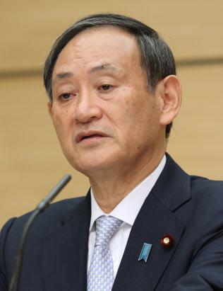 インタビューに答える菅拉致問題担当相(25日、首相官邸)